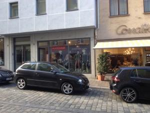 Secondhand Kleidsam in Augsburg bietet Damenkleidung, Handtaschen und Schuhe.